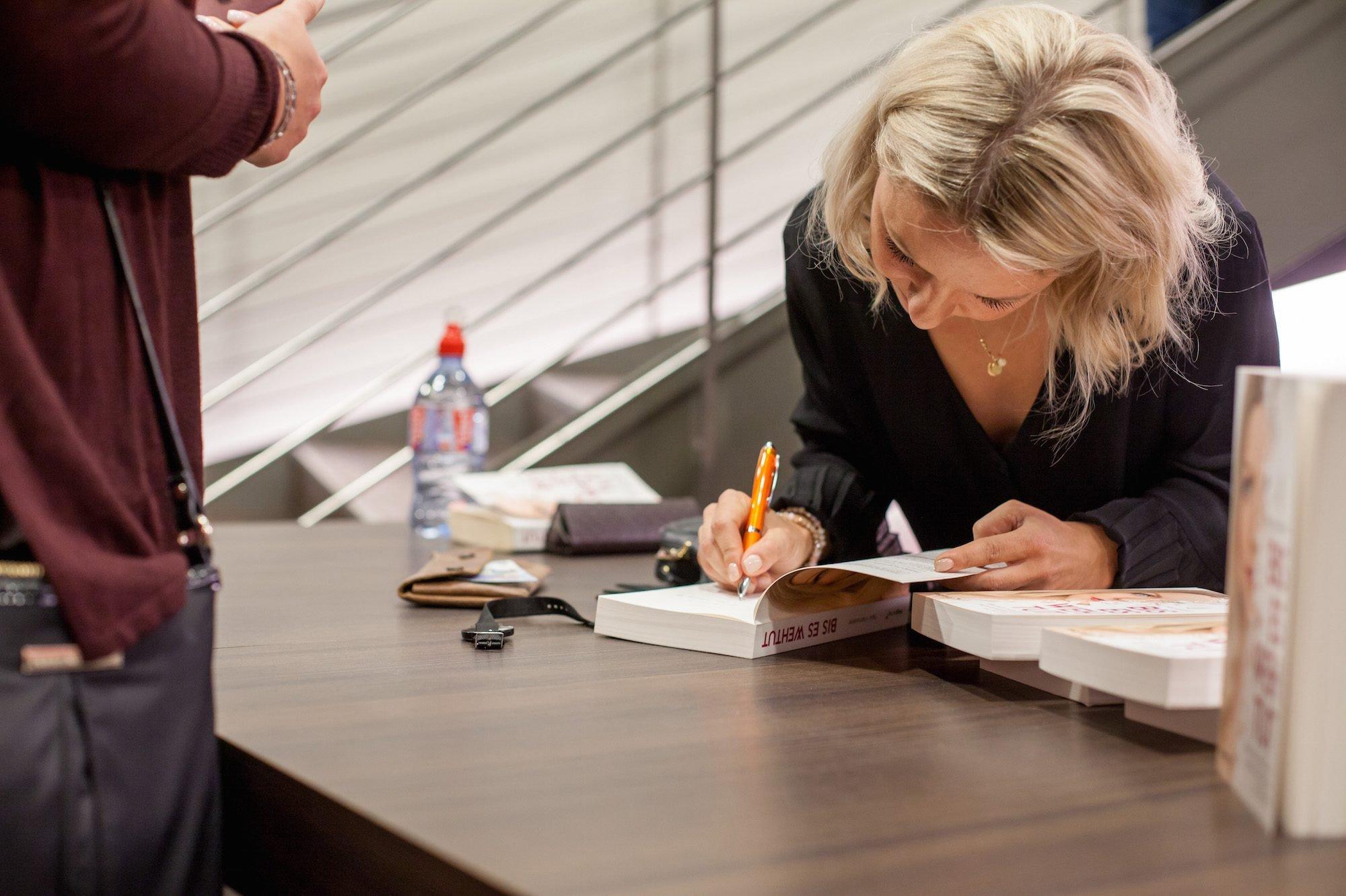 """Yavi Hameister liest aus ihrem Buch """"Bis es weh tut"""""""